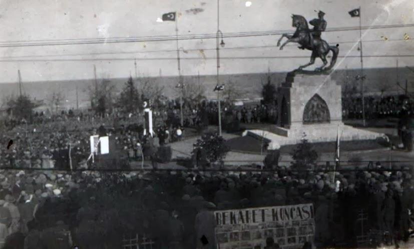 Onur Anıtı'nın açılış töreninde çekilmiş bir fotoğraf.